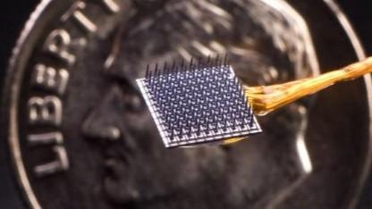96 Elektroden: Gehirnimplantat im Größenvergleich mit einer Münze
