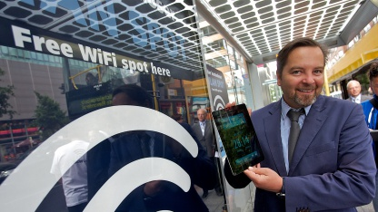 Wall-AG-Vorstand Daniel Wall in einem Wartehäuschen mit WLAN