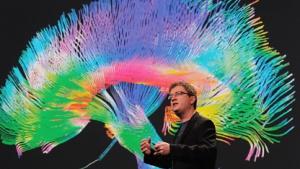 Iain Couzin vor einem Modell des menschlichen Gehirns