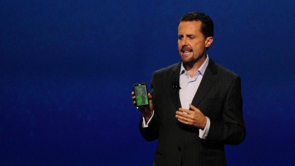 SCEA-Chef Andrew House zeigt ein HTC One X mit Playstation Mobile.