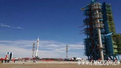 Trägerrakete und Raumfähre auf dem Weg zur Abschussrampe: Namen der Taikonauten werden erst kurz vor dem Start bekanntgegeben.