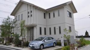 Prius vor einem Haus in Toyota Stadt: Strom für vier Tage