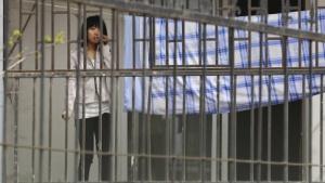 Arbeiterin vor einem Foxconn-Schlafsaal