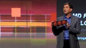 AMD-CTO Mark Papermaster hält eine Radeon 7970 GHZ Edition hoch
