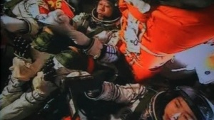 Die Besatzung der Shenzhou IX bereitet sich auf das Andockmanöver vor.