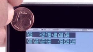 Die Schrift eines 1-Cent-Stücks ist größer als die Darstellung der Schrift in X-Plane 10.