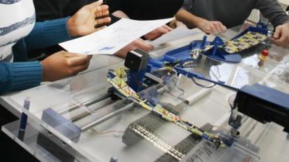 Noch Optimierungsbedarf: Studenten mit dem Krawattenbinderoboter