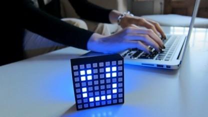 Das L8 Smartlight informiert mit 8-x-8-RGB-LED-Pixeln