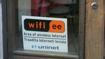 Schilder am Eingang weisen auf den Hotspot von Wifi.ee hin.