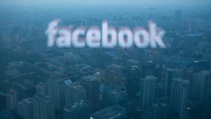 Das Facebook-Logo reflektiert in einer Scheibe eines Wolkenkratzers in Peking.