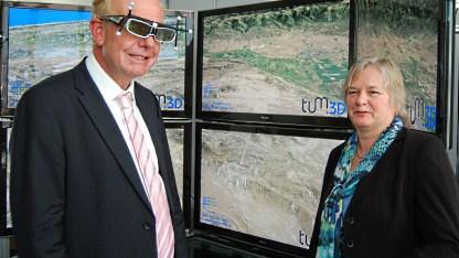 Medienminister Thomas Kreuzer und die Professorin Gudrun Klinker in der TU München