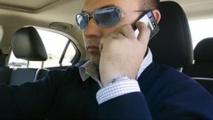 TÜV-Experte: E-Mail-Lesen im Auto bei laufendem Motor verboten
