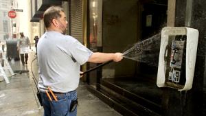 Reinigung eines Payphones in Manhattan