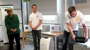 Kanzlerin Merkel lässt sich Siemens Smart Metering zeigen.