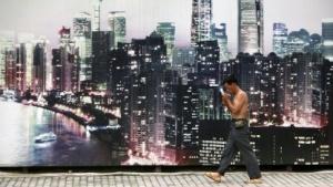 Arbeiter in Schanghai vor einem Bild an einer Baustelle.