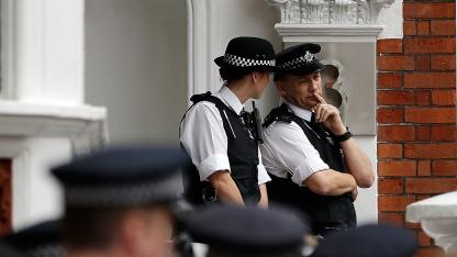 Britische Polizisten vor der ecuadorianischen Botschaft in London