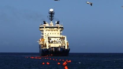Schiff verlegt Glasfaserkabel: Aufnahme von Januar 2011