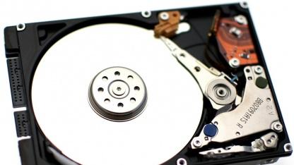 Auch Toshiba will auf herkömmlichen Festplatten SSD-Speicher unterbringen.