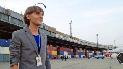Der Cyborg Neil Harbisson auf dem Flughafen Tempelhof