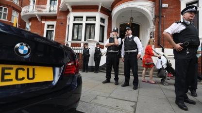 Britische Polizisten vor der ecuadorianischen Botschaft (am 20. August 2012): Flucht im Diplomatengepäck?