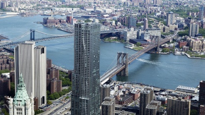 Die Brooklyn Bridge und Manhattan Bridge gesehen vom 90. Stock des One World Trade Center
