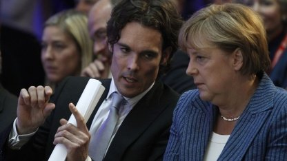 Bundeskanzlerin Angela Merkel (rechts) im Gespräch mit Philipp Schindler von Google im Mai 2011 in Berlin