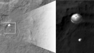 Ertappt: Curiosity am Fallschirm, aufgenommen von der Sonde MRO