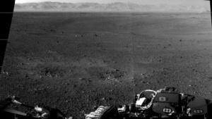 Rover vor Marslandschaft: Panorama des Gale-Kraters montiert
