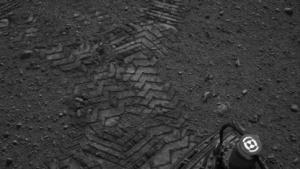 Spuren im Sand: Curiositys erste Testfahrt