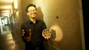 Künftig im Kreditkartenformat: Nosang Myung mit dem  Prototyp der elektronischen Nase