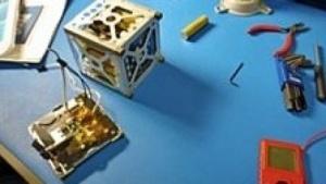 Phonesat 1.0 bei der Montage: Großes Potenzial für Satelliten