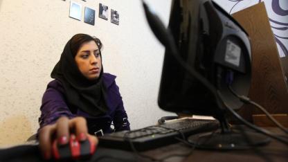 Iranerin in einem Internetcafé in Teheran: Sicherheit durch Abschottung?