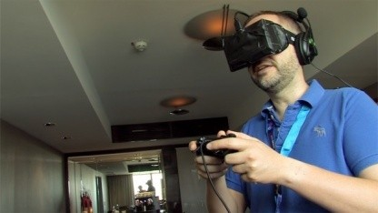 Oculus Rift Golem beim Ausprobieren eines HMD-Prototyps