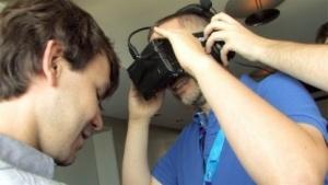 Golem.de-Redakteur Steinlechner beim Ausprobieren eines Oculus-Rift-Prototyps
