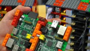 64 Raspberry Pi in einem Rack aus Lego