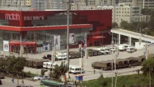 Polizeifahrzeuge nahe der Foxconn-Fabrik in Taiyuan nach dem Tumult