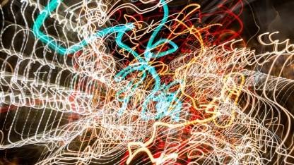 Vor Beleuchtung hochgeworfene Kamera
