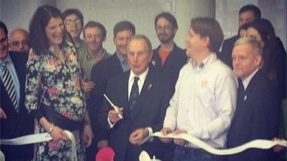 New Yorks Bürgermeister Michael Bloomberg bei Shapeways: Schere aus dem 3D-Drucker