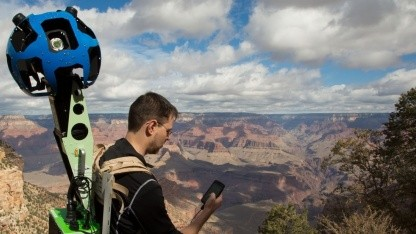 Ryan Falor steuert den Trekker mit seinem Android-Gerät.
