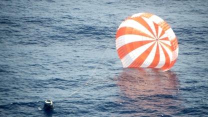 Wieder zurück: Dragon wassert im Pazifik.