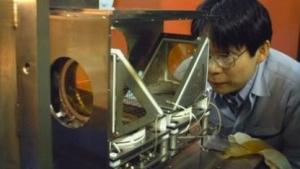 Riken-Forscher mit Detektor: die erste Elemententdeckung aus Asien?