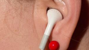 Apple-Kopfhörer spielt per Funk und Kabel.