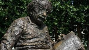 Einstein-Statue in der US-Hauptstadt Washington: theoretische mathematische Perspektive