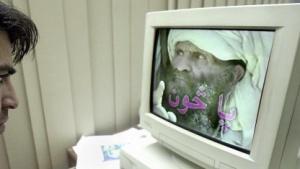Ein pakistanischer Mann sieht sich ein Propaganda-Video der Taliban an.