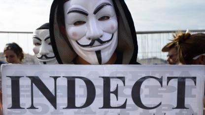 Anonymous-Mitglied protestiert gegen Indect (am 20. Oktober 2012 in Marseille): Marsch auf das Parlament in London