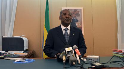Gabuns Kommunikationsminister Blaise Louembe gibt die Me.ga-Sperrung bekannt.