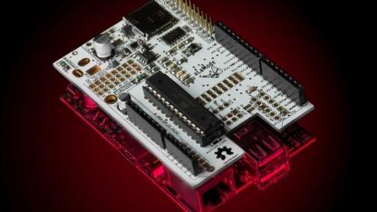 Die Alamode-Platine stellt eine Verbindung zwischen dem Raspberry Pi und Arduino-Shields her.