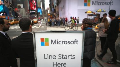 Microsoft-Beschäftigte in New York warten vor der Eröffnung auf Surface-Kunden.