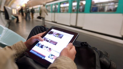 Tablet-Nutzer in Paris