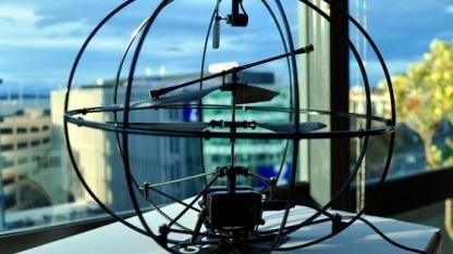 Gedankengesteuerter Hubschrauber Orbit: Käfig schützt bei Abstürzen.